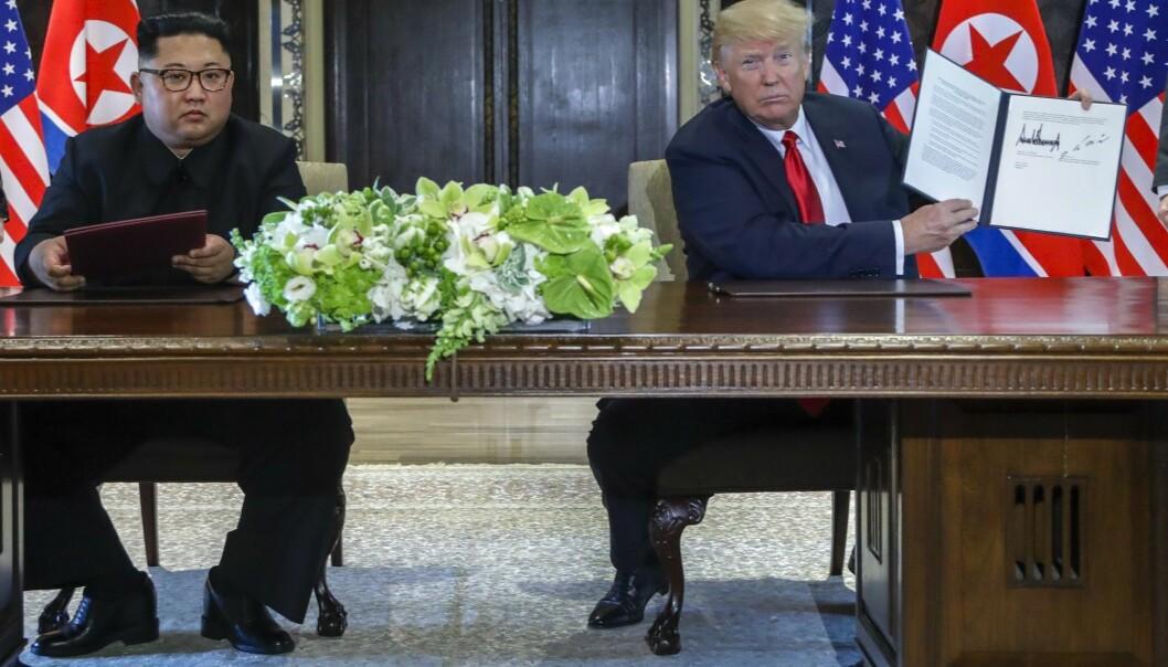 USAs president Donald Trump viste fram den felles erklæringen han undertegnet sammen med Nord-Koreas leder Kim Jong-un etter møtet i Singapore tirsdag. (Foto: AP, Evan Vucci, NTB scanpix)