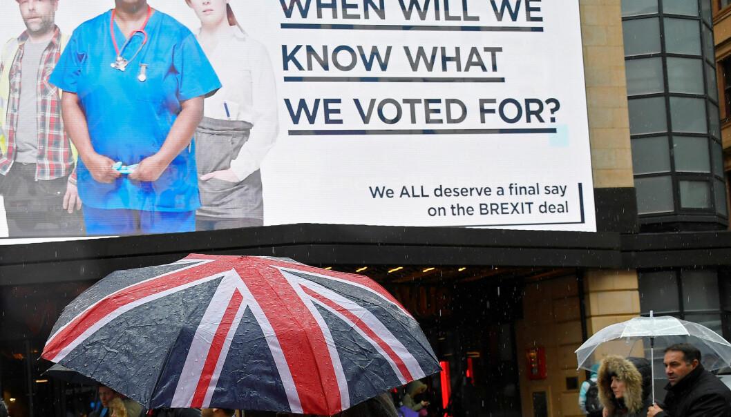Britene som stemte ja til Brexit lurer på hva de egentlig stemte på - her uttrykt på en plakat ved Leicester Square i London tidligere i vår. Det prøver også den britiske regjeringen å finne ut av og da er den norske modellen et av alternativene de må vurdere.  (Foto: Reuters/Toby Melville)