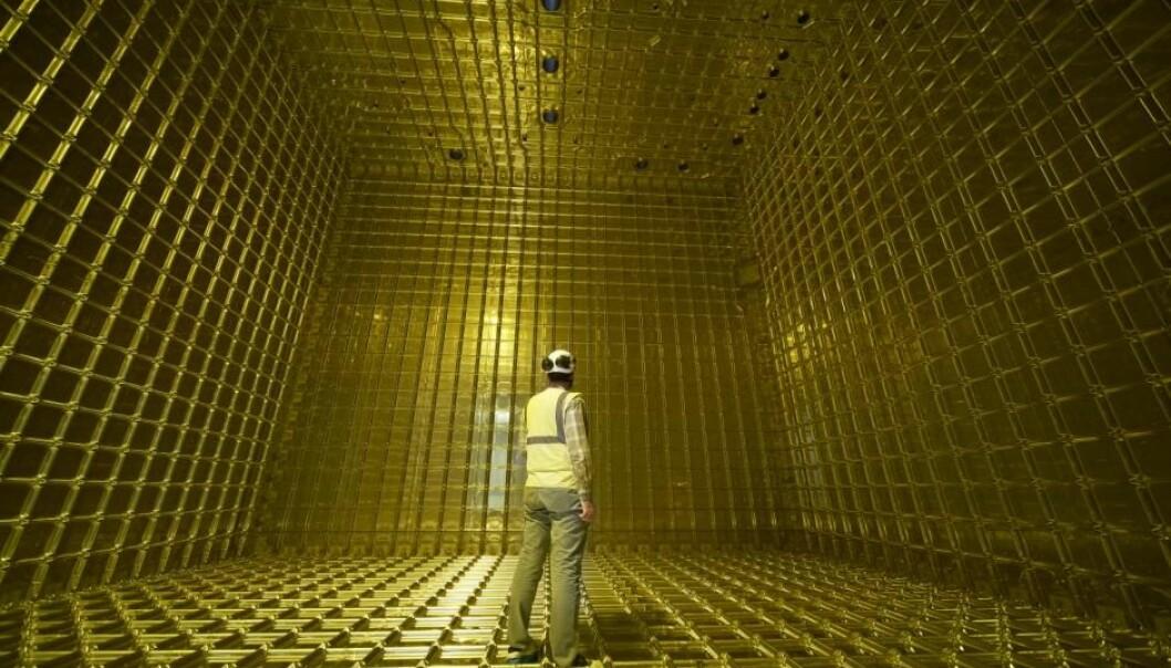 Ved forskningssenteret CERN er forskerne nå klare til å fylle flytende argon i ProtoDUNE-detektorene. Partikkeldetektorer dekker de innvendige overflatene i det gylne buret.   (Foto: CERN)
