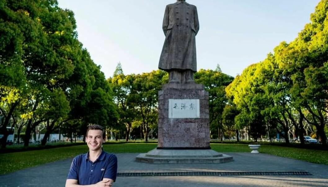 Statsvitenskapsstudent Chris Rødland er en av rundt 100 norske studenter som er på utveksling i Kina. – Å kunne diskutere politikk og andre tema med mennesker fra en helt annen bakgrunn og kultur er noe jeg setter stor pris på, sier studenten. Men antall norske studenter som drar på utveklsing til Kina har gått ned de siste årene. (Foto: Tim Haukenes)