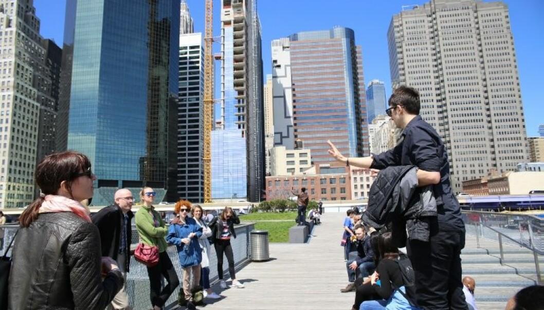 Professor Jason Czarnezki (t.h.) forteller norske og amerikanske forskerkolleger om da stormen Sandy traff New York med full styrke i 2012. Det gjorde inntrykk på havrettsforsker Elise Johansen (t.v.)  (Foto: Trude Haugseth Moe)