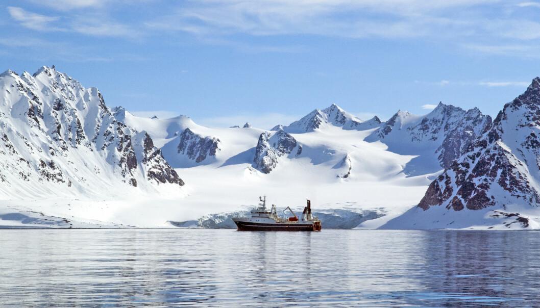 Forskningsfartøyet Helmer Hanssen foran brefront på Svalbard. På torsdag starter et internasjonalt seminar om forskningssamarbeid i Arktis på dette skipet. (Foto: Karine Nigar Aarskog)