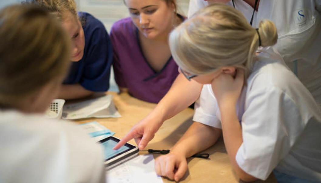 Eit nytt, stort prosjekt har som mål å gi sjukepleiestudentar i praksis tettare oppfølging. (Foto: Siv Sivertsen)