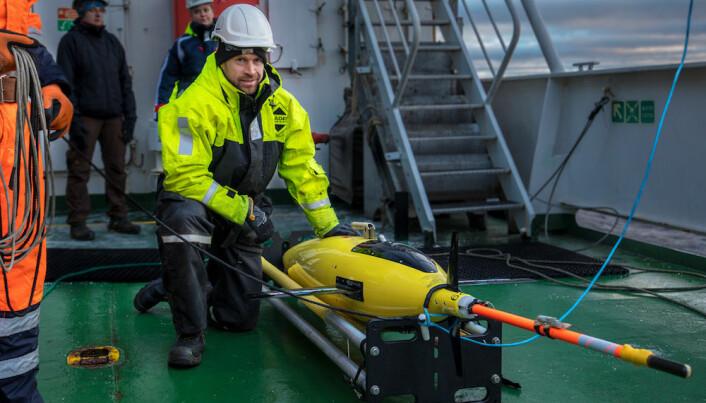 Kjetil Våge med en undervannsglider ombord på NRV Alliance under årets tokt. (Foto: Sindre Skrede/NRK)