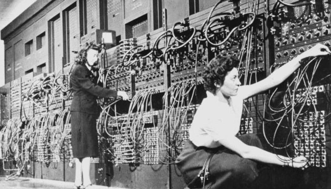 Marlyn Wescoff Meltzer og Ruth Lichterman Teitelbaum programmerer ENIAC-maskinen med kabler og brytere. (Foto: Public domain / Wikimedia Commons)