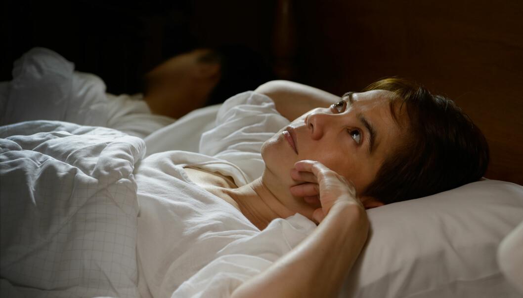 Flere kvinner enn menn opplever at søvnløshet går ut over jobben. Det kan bidra til å forklare hvorfor de oftere er hjemme fra jobb. Men mesteparten av kjønnsforskjellen finner ikke forskerne svar på. (Foto: Shutterstock/NTB scanpix)