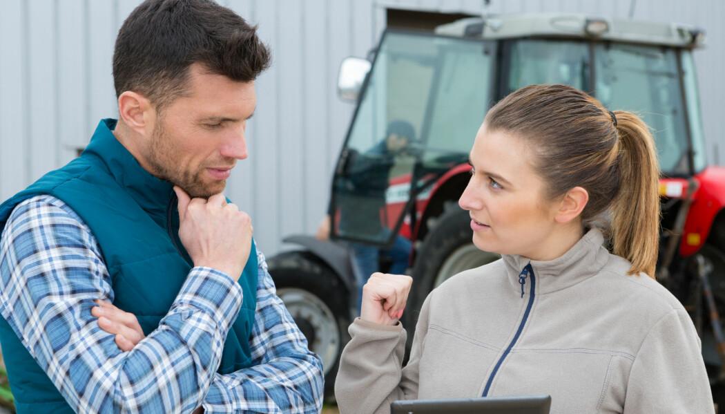 Personlighet og kjemi mellom bonde og rådgiver er viktig for hvor godt de snakker sammen. Rådgiveren må være tilpasse seg gårdens situasjon, mener forsker. (Illustrasjonsfoto: Shutterstock / NTB Scanpix)