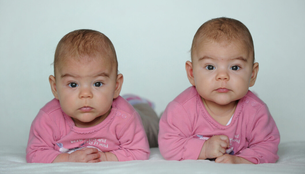 Tvillingsøstre med rosa klær. Men noen forelder oppdager at urinen i bleien også er rosa. Nå har forskere sett på om amming bør avbrytes.  (Foto: Frank May/NTB Scanpix)