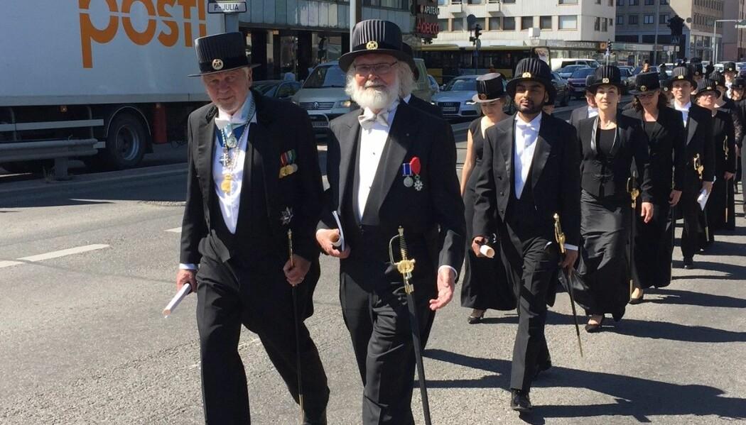 Nils Christian Stenseth først i paraden av nye æresdoktorer ved Åbo Akademi. Universitetet låner ut sabler i anledning dagen.  (Foto: Svein Stølen)
