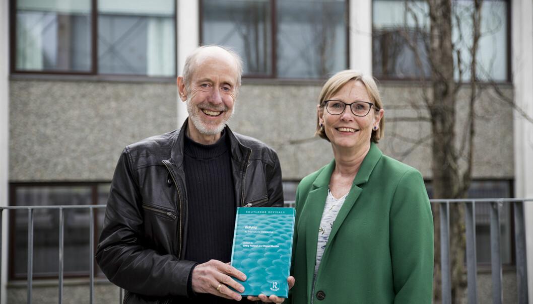 Erling Roland og Elaine Munthe er aktuelle med nyutgivelse av bok om mobbing. (Foto: Mari Løvås)