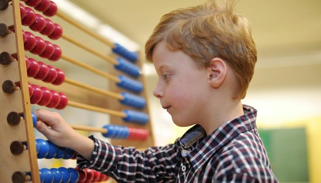Mange barn, unge og voksne sliter med tall og matematikk. De foreløpige funnene i en studie blant norske førsteklassinger, tyder på at det nytter å sette inn tiltak, men at de må opprettholdes hvis de skal hjelpe på sikt. (Illustrasjonsfoto: Frank May / NTB scanpix)