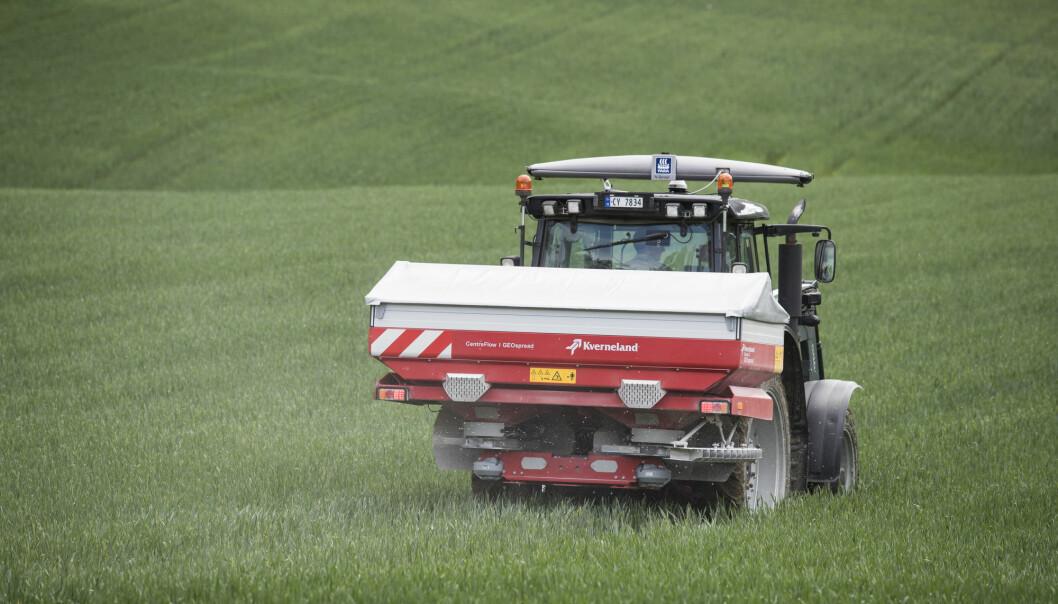 Kunstgjødsel kan inneholde tungmetallet kadmium. Hva vet vi om nivåene av kadmium i jord som brukes til matproduksjon, og om effekter på helse og miljø?  (Foto: Terje Bendiksby / NTB scanpix)