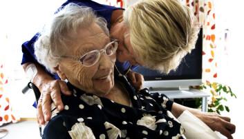 Å flytte hjemmefra kan være et stort steg å ta. Men for enkelte eldre som bor avsides til, kan det å flytte til omsorgsbolig sentralt i kommunen gi økt trivsel. Her fra et velferdssenter i Trondheim.  (Foto: NTB/Scanpix)