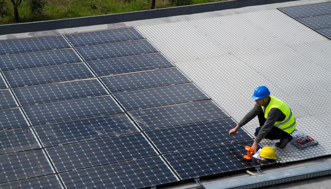 – Jo bedre råmaterialer man har, jo mer effektive blir solcellene, og jo mer miljøvennlig strøm kan vi ta ut av dem. Derfor er det viktig at utstyret som brukes, har topp kvalitet. I dag blir kvalitetskontrollen av noe av utstyret gjort av det menneskelige øye. Men det har sine begrensninger, sier forsker. (Illustrasjonsfoto: Shutterstock / NTB Scanpix)