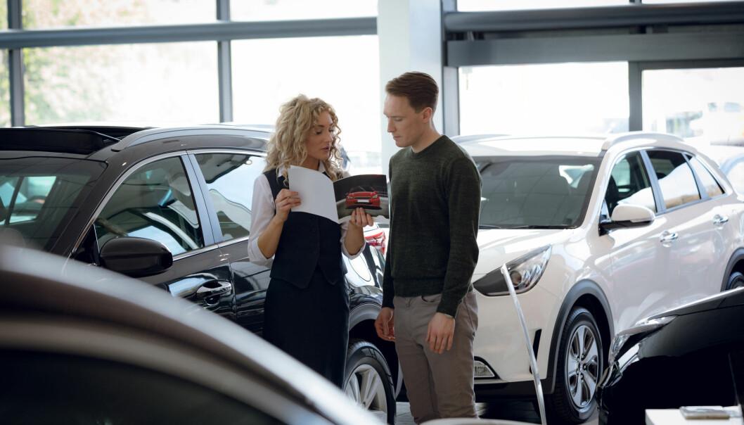 Noen bilselgere vil prøve å lede oppmerksomheten vekk fra el-bilene i butikken og over på bensinbilene.  (Foto: wavebreakmedia / Shutterstock / NTB scanpix)