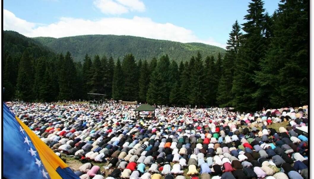 Pilegrimsmålet Ajvatovica i Bosnia ble stengt i 1947 under det Jugoslaviske komunistregimet. I 1990 ble tradisjonene knyttet til stedet tatt opp igjen, og stedet huser nå den største muslimske religiøse og kulturelle festivalen i Europa. Bildet viser pilegrimmer på stedet i bønn. (Foto: Sara Kuehn)