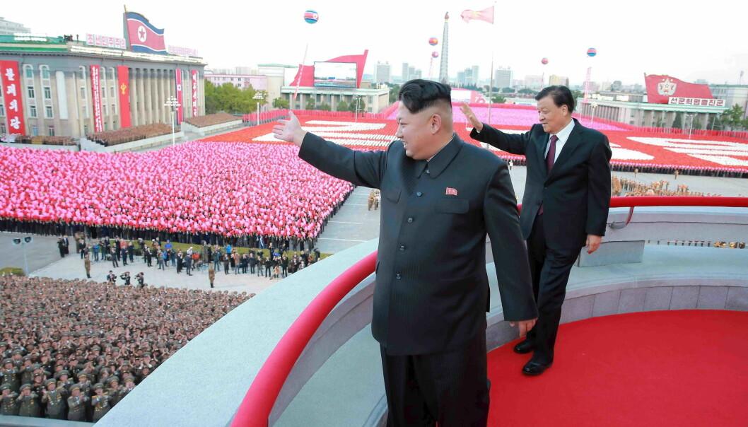 Nord-Koreas leder Kim Jong Un deltar på en militærparade i Pyongyang i 2015. (Bilde: Reuters/Kcna/NTB Scanpix)