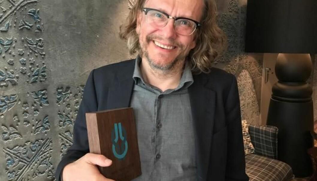 Terje Olsen med SOR-prisen i hendene. (Foto: Signo)