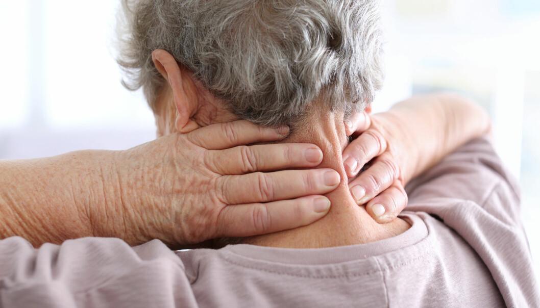 Mange eldre sliter med kroniske smerter. Dessverre mangler vi god behandling å tilby. (Illustrasjonsfoto: Africa Studio / Shutterstock / NTB scanpix)