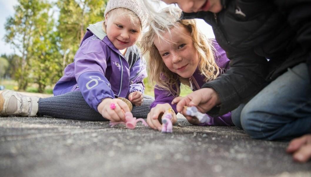 Forskere foreslår andre måter å leke seg til læring på, for eksempel skattejakt etter ting i naturen som starter på bokstaven P, eller «mitt skip er lastet med», hvor både barn og voksne kan leke seg med ord.  (Foto: Agderprosjektet)