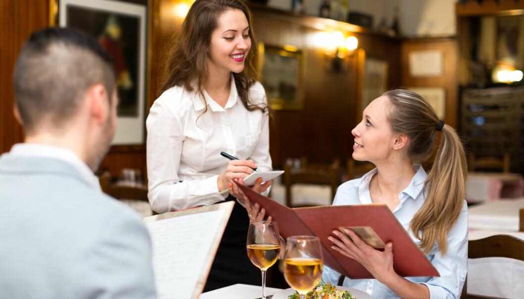 I starten av et forhold blir kvinner påvirket av hva menn foretrekker å spise. Senere endrer dette seg.  (Foto: Shutterstock)