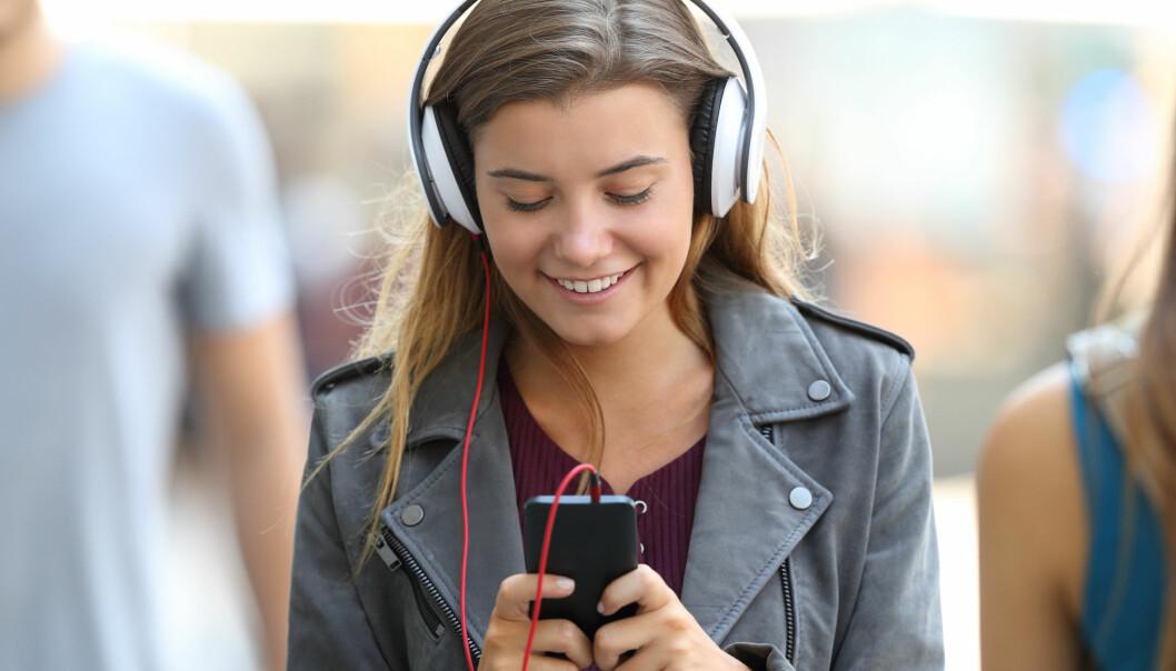 Tar du mot til deg og ber om å få lytte til musikken som tenåringen liker, kan det styrke deres fremtidige forhold dere i mellom.  Foto: Shutterstock)