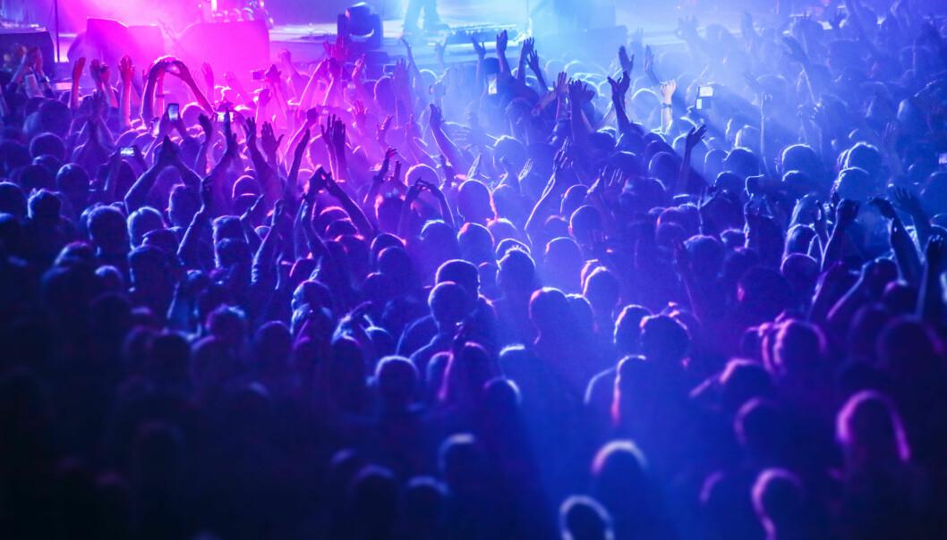 – Elektronisk dansemusikk er ei høgst kroppsleg erfaring og oppleving, også når du sit aleine og lyttar. Musikken påverkar kroppen og opplevinga anten du dansar med mange andreeller sit stille og lyttar aleine, seier forskar. (Illustrasjonsfoto: Shutterstock / NTB Scanpix)