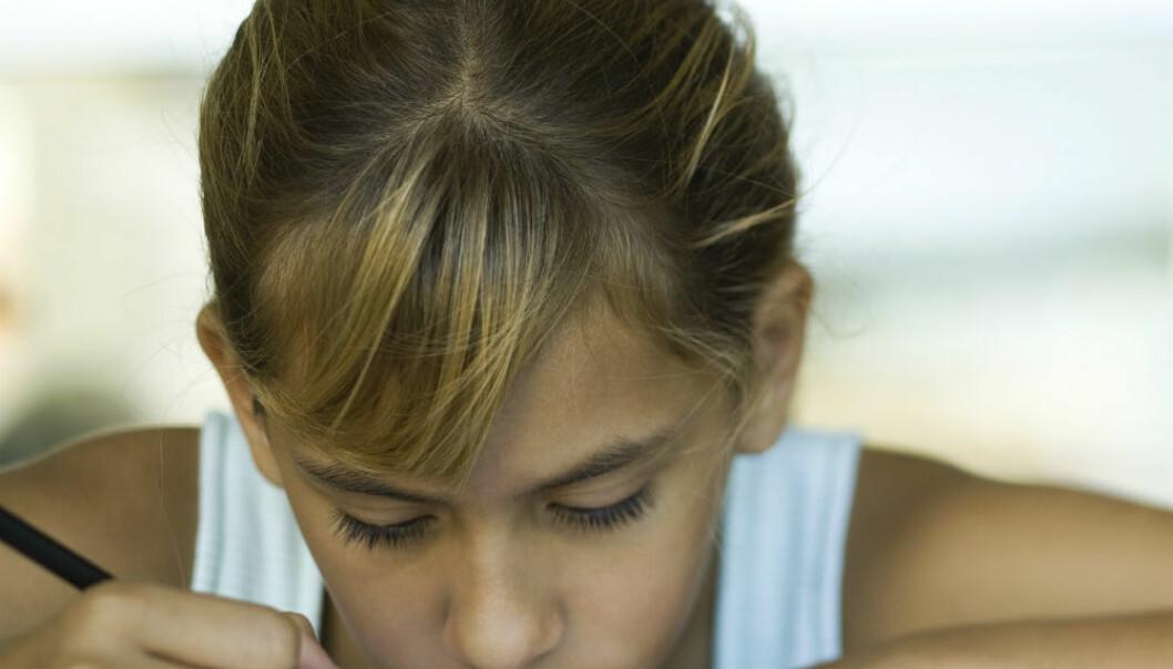 Overgangen fra barneskole til ungdomsskole kan være tøff for mange. Forskere skal følge barn i denne overgangen for å se hva som påvirker trivselen, utviklingen og læringen deres. (Illustrasjonsfoto: Colourbox)