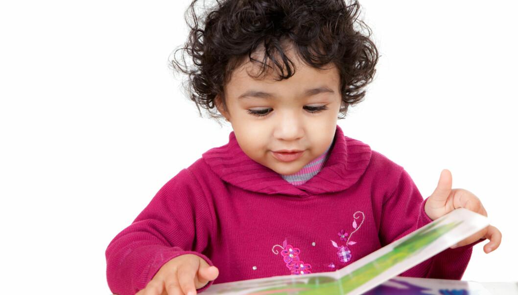 Forskere har funnet at antall bøker hjemme og tidlig introduksjon av norsk har positiv påvirkning på språkutviklingen hos minoritetsspråklige barnehagebarn med urdu eller punjabi som morsmål.  (Illustrasjonsfoto: Shutterstock / NTB Scanpix)