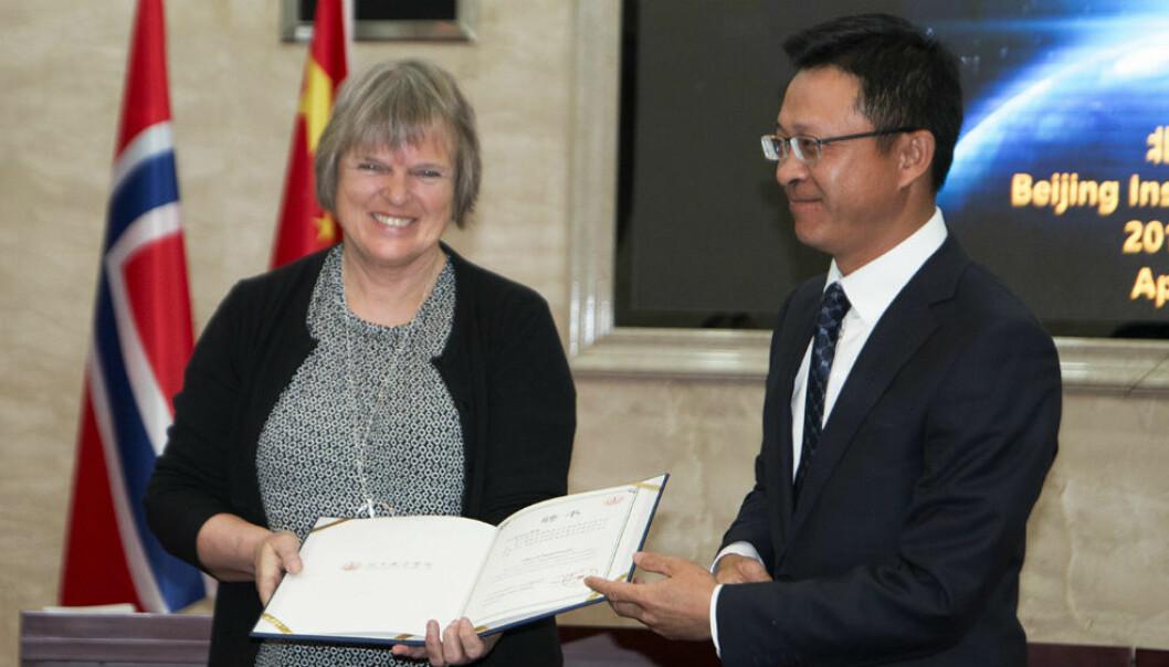 En glad Åsta Birkeland som akkurat har mottatt æresprofessorat fra samarbeidspartner Beijing Institute of Education. (Foto: Elin Hovda Hageberg)