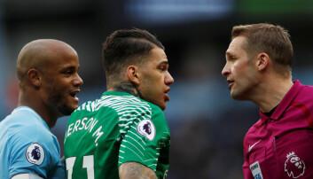 Det er ikke bare reglene på banen fotballspillere i Premier League må forstå. De uskrevne reglene om hvordan spillere skal oppføre seg mot hverandre og mot treneren er vel så viktige, i hvert fall for de som kommer rett fra ungdomslaget. (Bilde: Reuters)