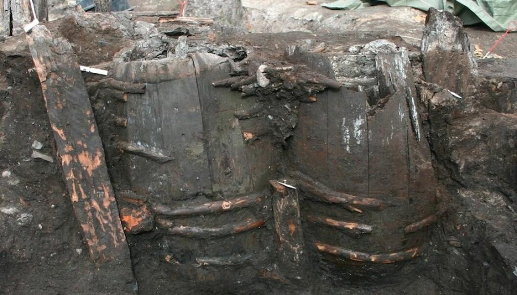 Tønner med innhold fra en gammel latrine. Tønnene ble gjerne gravd ned i jorda. (Foto: Søe mfl 2018)