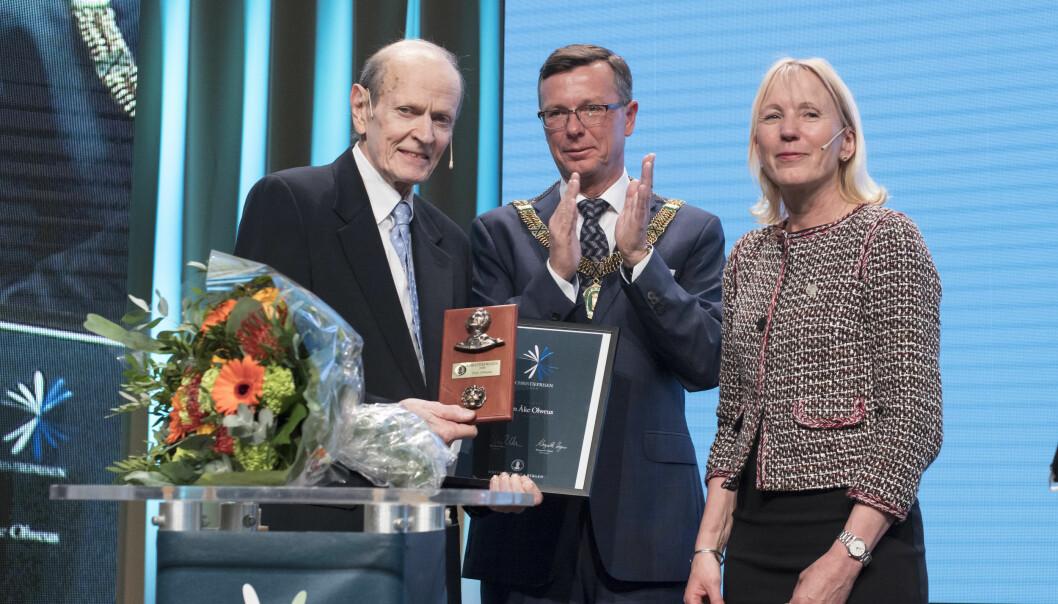 Dan Olweus, UiB-rektor Dag Rune Olsen og UiB-prorektor Margareth Hagen frå utdelinga i dag. (Foto: Thor Brødreskift)