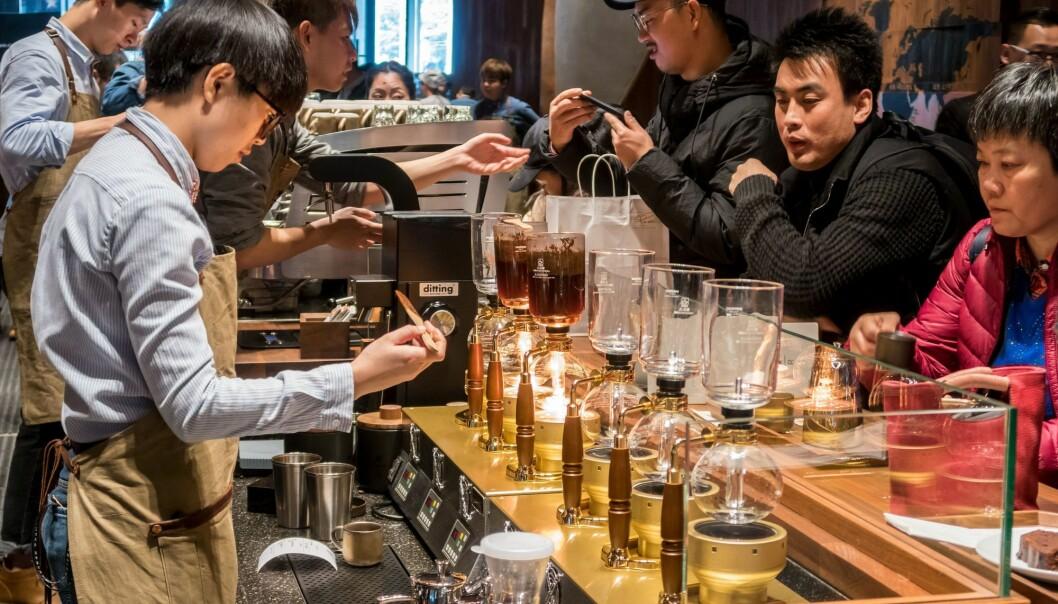 Her skulle forskerne vært! Fra åpningen av verdens største Starbucks-kafé i Shanghai i desember i fjor. (Foto: AFP/NTB scanpix)