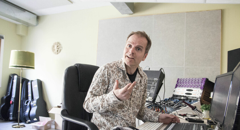 Kun det beste er godt nok når førstelektor Vegard Schow setter seg bak miksepulten. Det kan bli mange lange timer i studio før han er fornøyd. (Foto: NLA Høgskolen)