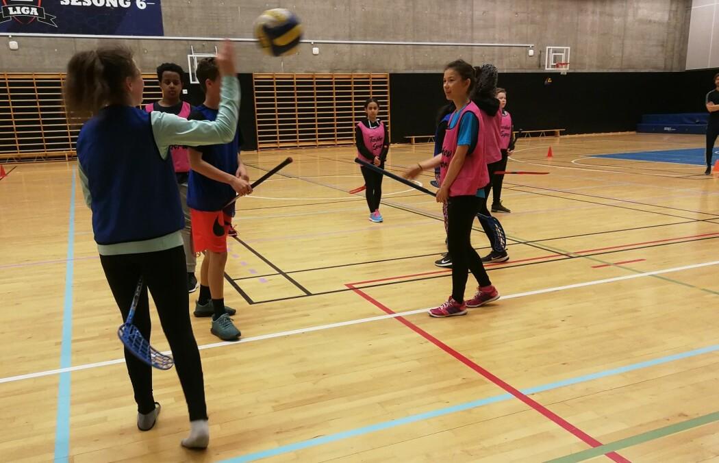 Elevene på 8. trinn på Fyrstikkalleen skole i Oslo har ikke deltatt i det nye forskningsprosjektet, men snakker gjerne om gym. De opplever ikke noe sterkt press på å være veldig flink i idrett. (Foto: Marianne Nordahl)