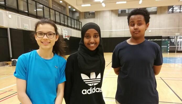 Hamza Hassan, Marianne Dounia Elabe og Carmen Årdal Landsverk i åttendeklasse på Fyrstikkalleen skole i Oslo liker at de må samarbeide, og bli bedre kjent med andre. (Foto: Marianne Nordahl)