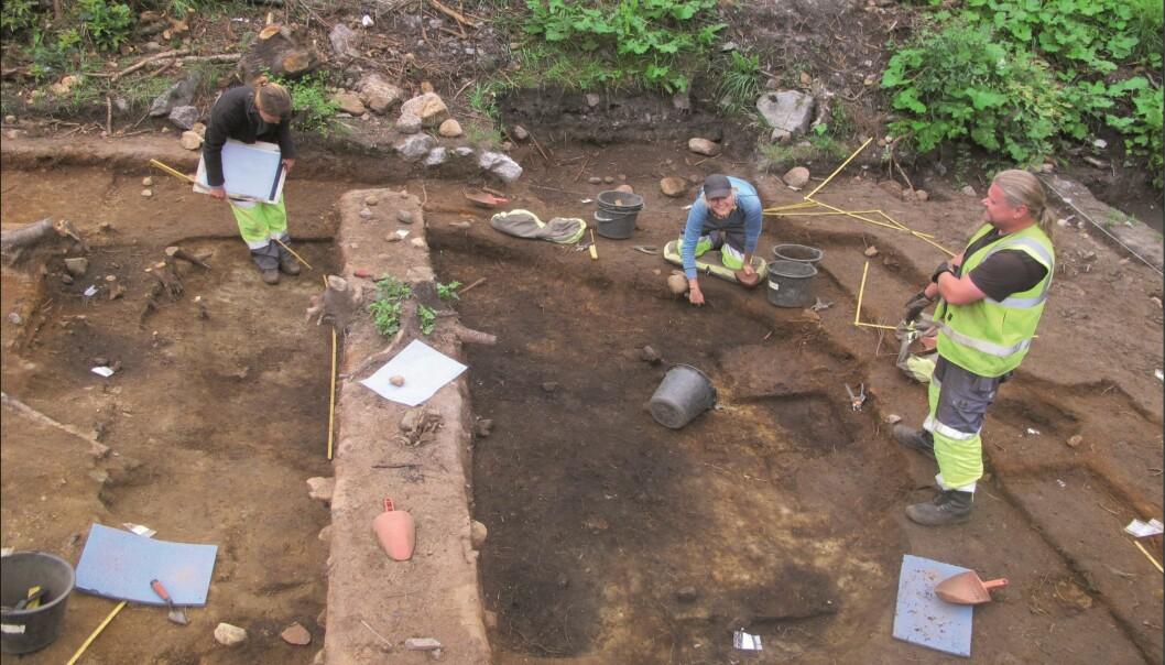Utgraving av en steinalderboplass hvor det var en hyttestruktur, og den er datert til å stamme fra rundt 7500 f.Kr. (Foto. Kulturhistorisk museum)