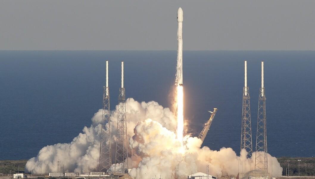 Like før klokken 1 natt til torsdag ble raketten skutt opp fra Kennedy Space Center i Florida. Satellitten TESS (Transiting Exoplanet Survey Satelite) sitter på en Falcon 9-rakett fra selskapet SpaceX. (Foto: John Raoux, AP, NTB scanpix)