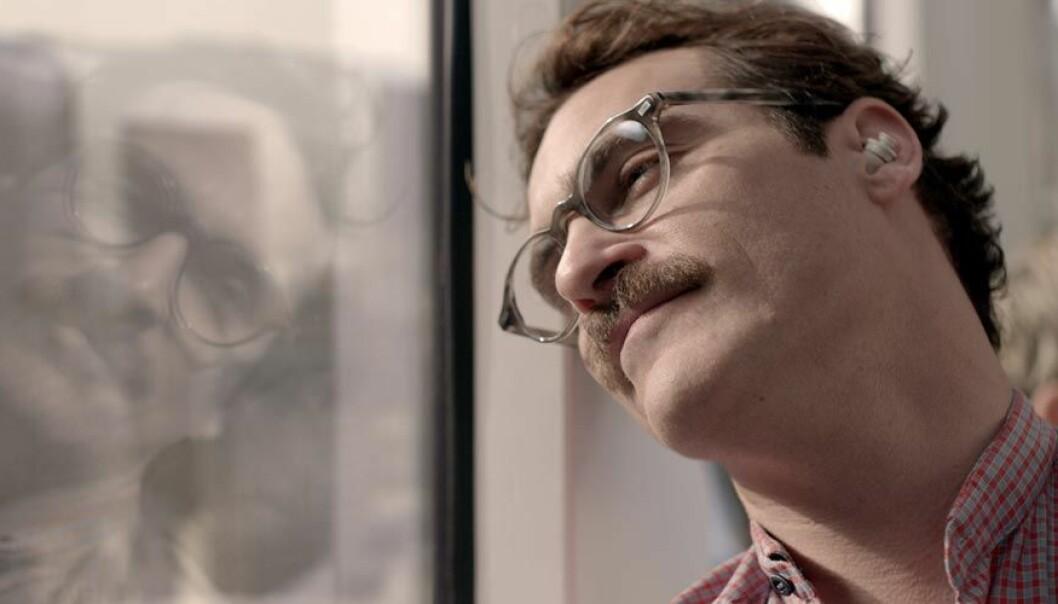 I filmen Her forelsker Theodore (Joaquin Phoenix) seg i en chatbot. – Det som skjedde på film for fem år siden ser vi eksempler på skjer i dagens virkelighet, sier forsker. (Foto: United International Pictures)