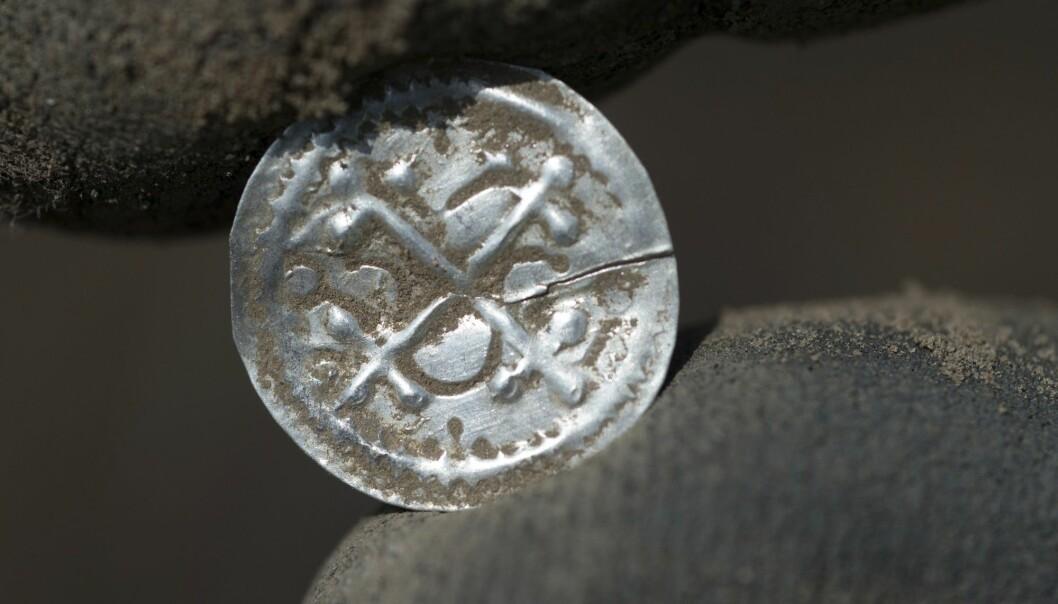 En dansk sølvmynt med opprinnelse fra tiden da kong Harald Blåtann hersket over landet, og som nå er funnet på øya Rügen i Nord-Tyskland. (Foto: Stefan Sauer, dpa via AP,  NTB scanpix)