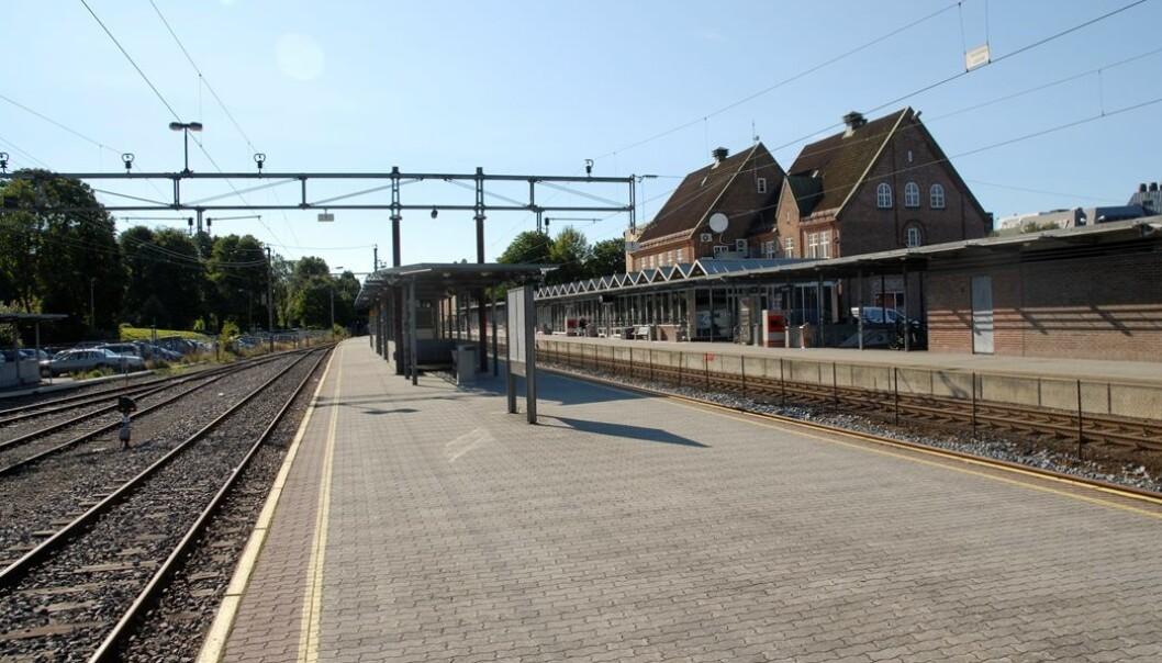 Dagens jernbanestasjon i Tønsberg ligger i sentrum. De tre største partiene i kommunen – Ap, H og Frp – har stilt seg bak ønsket om å flytte den ut av byen når de nye sporene skal legges. (Foto: Bane Nor / Njål Svingheim)