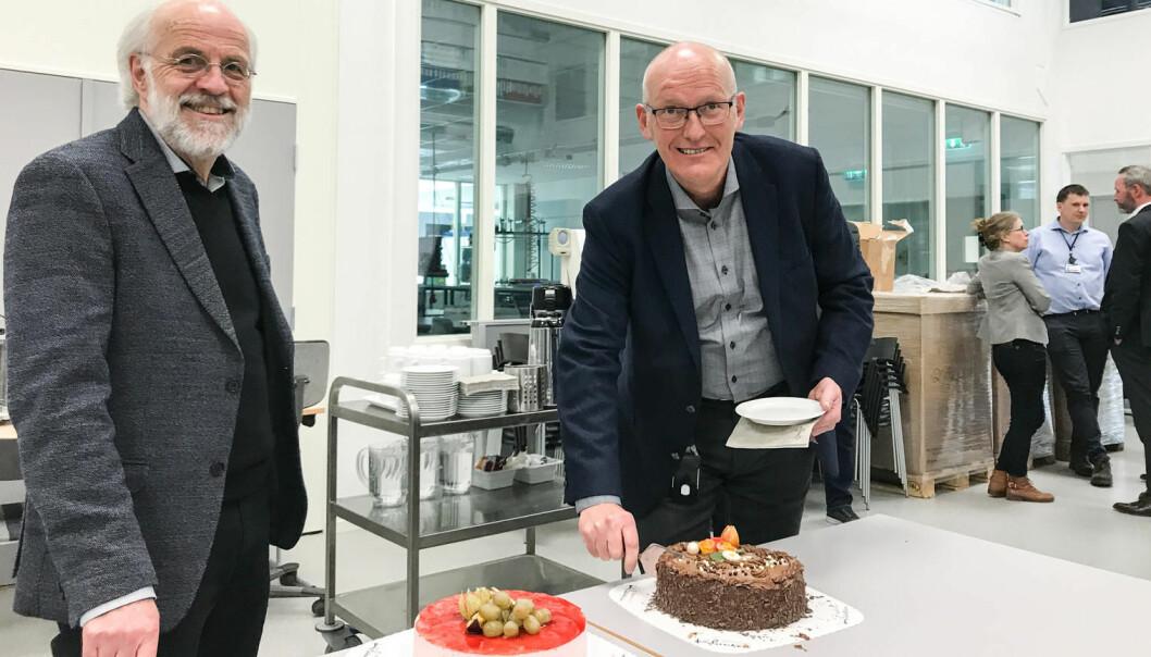Tradisjonen tro ble ansettelsen av ny FoUI-ekspert markert med kake. Fv: Rektor Petter Aasen og Roar Uttisrud, som fikk ta det første stykket. (Foto: Jan-Henrik Kulberg)