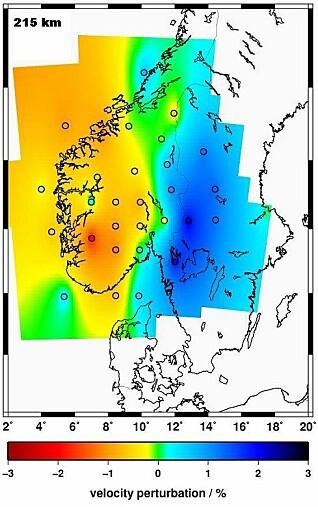 Norge har tynnere jordskorpe enn Sverige: Fra 2009 til 2013 utførte forskere fra flere norske og utenlandske universiteter og forskningsinstitutter prosjektet TopoScandiaDeep, finansiert av Forskningsrådet. Målet var å fravriste mantelen under jordskorpa noen hemmeligheter. Til det brukte forskerne 31 seismometre plassert i Sør-Norge og vestlige deler av Sverige. Bølger ble skutt ned i jordoverflaten og registrert når de kom opp igjen. Slik oppdaget forskerne noe merkelig: Mantelen under Norge er helt forskjellig fra mantelen under Sverige. Den er varmere. Forskerne fikk også bekreftet at mantelen er mye tynnere under den vestlige delen av Sør-Norge og utover på kontinentalsokkelen, slik du ser på bildet. At mantelen er tynnere og varmere under Norge, stemmer med at jordskorpa er strukket. Kan dette forklare hvorfor fjellene våre er kommet opp av bakken? På bildet ser du også hvordan jordskorpa under Sør-Norge henger sammen med kontinentalsokkelen. (Illustrasjon fra TopoScandiaDeeps forskningspublisering)