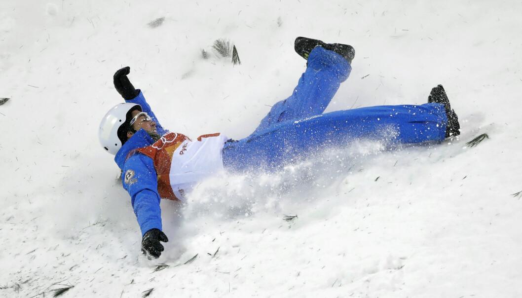 Freestyle-køyrarar er meir utsette for hovudskadar, viser ny forsking. Skadane heng ikkje berre saman med høg fart, men også med hopping og triks. Biletet viser den amerikanske freestyle-køyraren Madison Olsen som fall stygt under OL i Pyeongchang.  (Foto: AP Photo/Gregory Bull/NTB Scanpix)
