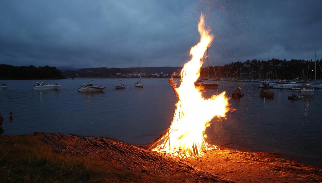 At vi brenner bål på santkhansaften stammer fra folketro om at ild kunne beskytte mot det onde. Og denne natten var det ekstra mange skumle vesener folk kunne møte på, som trollkvinner, alver og djevelen selv (Foto: Terje Bendiksby/NTB scanpix).