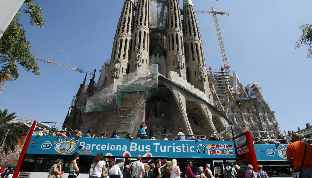 Over hele verden står turister i kø og venter på noe. Spanske turismeforskere mener det kanskje er like greit. Bildet viser turistattraksjonen Sagrada Familia i Barcelona og køen foran turistbussen.  (Foto: Albert Gea/Reuters/NTB scanpix)