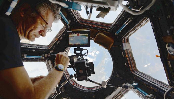 Her er Paolo i «utkikkstårnet» på romstasjonen. På kvelden har romfarerne fri og kan ta bilder. (Foto: NASA/ESA)