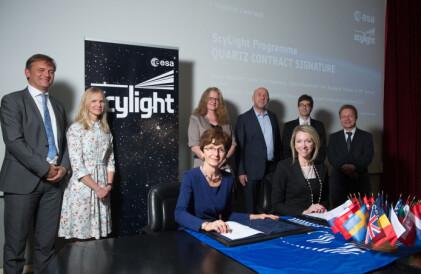 Her signeres QUARTZ, et samarbeid mellom ESA og firmaet SES Techcom, som skal utvikle kvantekryptering vha fotoner. (Foto: ESA/Grimault)