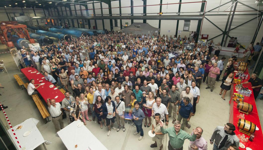 Her er et lite knippe av CERN-forskerne involvert i ATLAS-eksperimentet, som feirer oppdagelsen av Higgs-bosonet. (Foto: CERN)